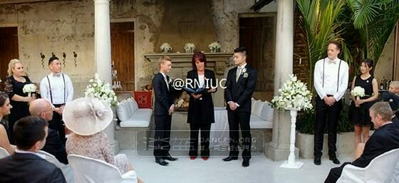 樊野edison_edison在网络中公开了部分婚礼照片,并通过长微博分享了自己的誓约:\