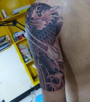 后背纹身关公囹�b_猛男背部关公纹身图片