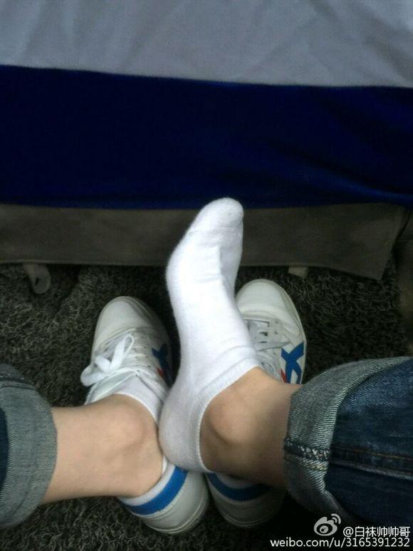 喜欢看帅哥的腿和露出的白袜子.算不算病态