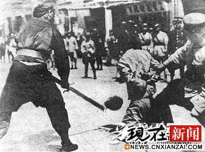 在他的指挥下,上海一伙青红帮流氓冒充工人,袭击了闸北的上海总工会