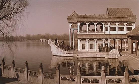 河边,一座船型的建筑,中式的尖船头房梁西式的圆弧状拱门.图片
