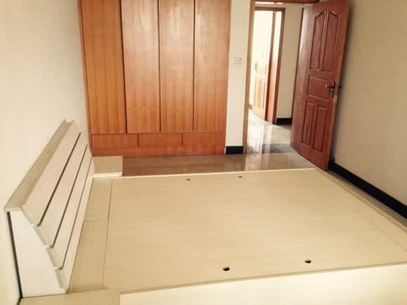 主卧租金1000元,带有独立卫生间,嵌入式衣柜,大床及两个床头柜,两人图片