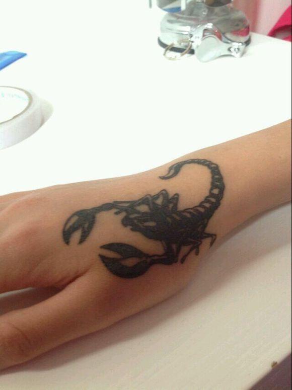 女生腿上黑灰色素描技巧马与花朵_纹身图案图片