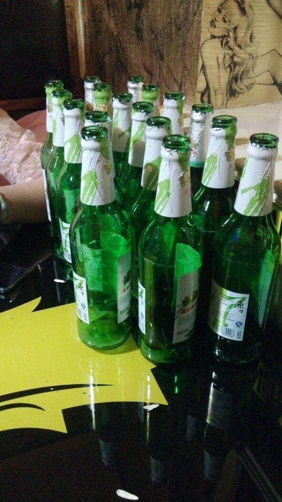 ktv喝酒瓶子_我们三个女人喝酒多还是少