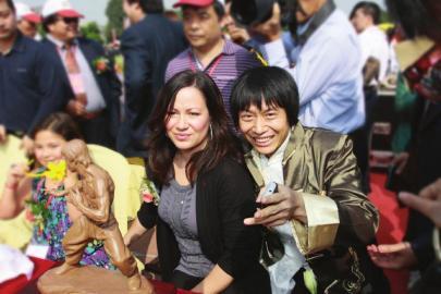 李小龙女李香凝(左)和陈天星合影.