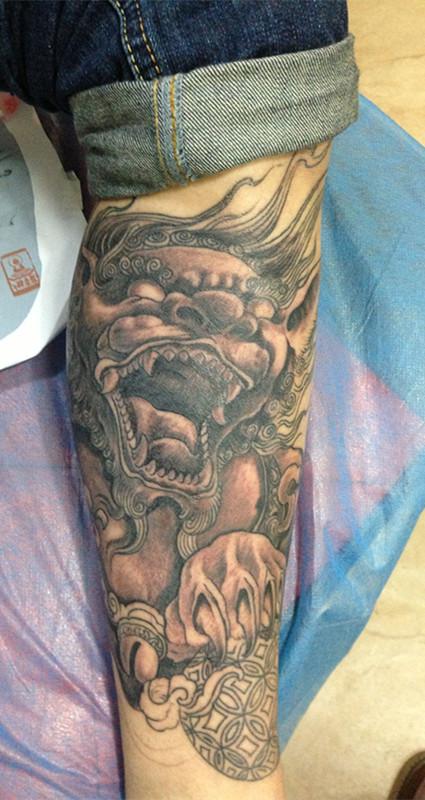 福州纹身,唐狮,佛包小腿纹身第二回合上色结束图片