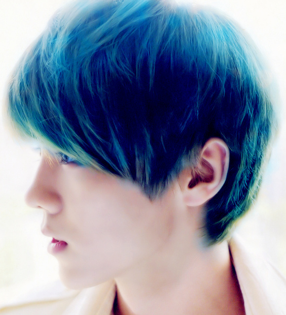 染了灰蓝色的头发?