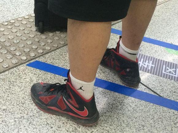 扒帅哥鞋_武汉街头偷拍帅哥的篮球鞋!
