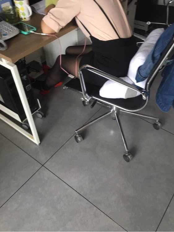 美女同事丝袜红高跟鞋,怎么样 ?