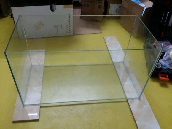 玻璃胶怎么打均匀图解_玻璃胶干了就可以洗缸,试水看有没有漏,打得均匀一般不会漏的.