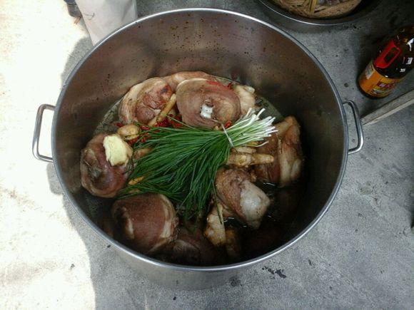 在乡下喝喜酒可以看到做菜过程哦图片