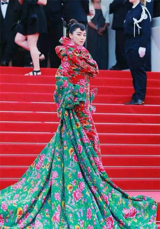 """第68届戛纳电影节的红毯,中外媒体都被张馨予的""""东北土袄泰国电影v媒体恐怖片图片"""