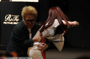 c罗上海亲吻女球迷 引发粉丝骚动