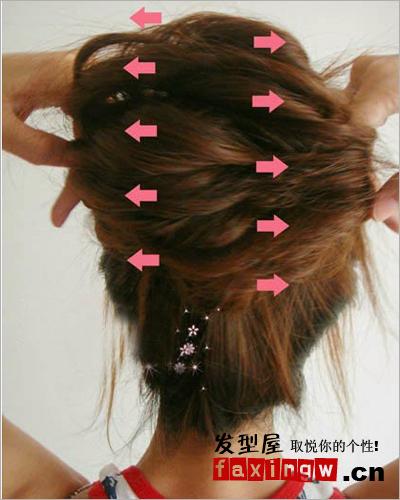 大气长发盘发图解步骤:对于花苞头一定要扎紧一点啊,然后有技巧的往两图片