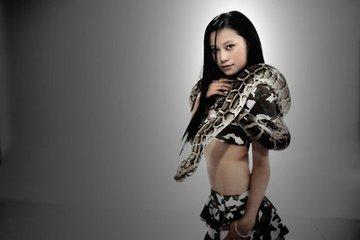 蟒蛇吞美女的视频播放
