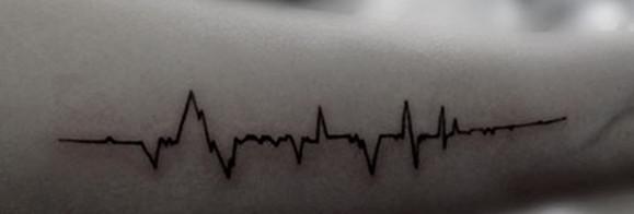 手腕上漂亮的心电图纹身