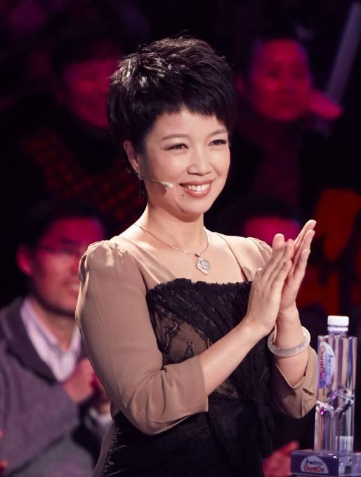 主持人兼演员—黄薇. 她饰演邓颖超很多次