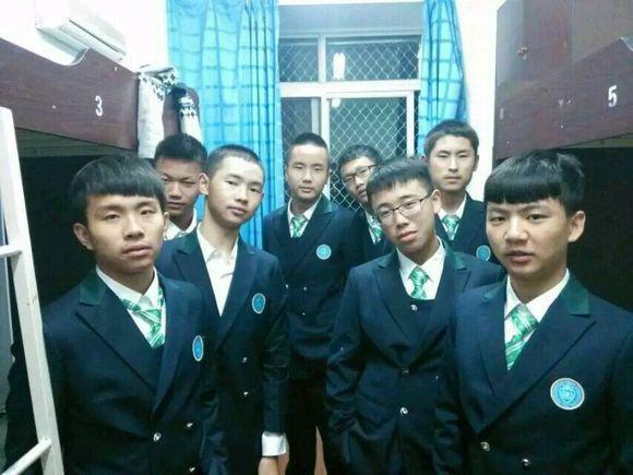 【新校服】来来来摆下新校服的感受_广元外国语学校吧图片