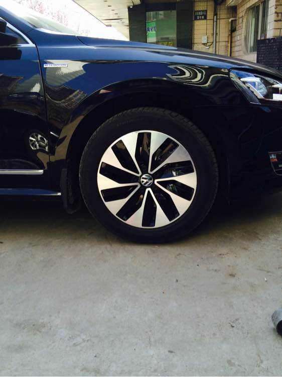 出售一套帕萨特蓝驱版17寸 轮毂 和米其林轮胎高清图片