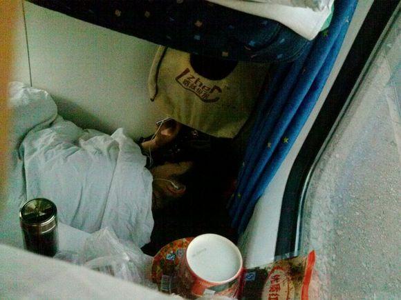 请问乘坐火车睡卧铺时头朝哪个方向好?