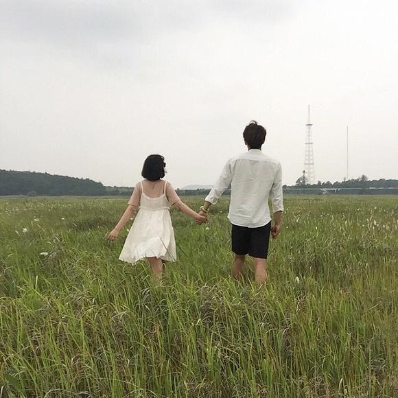 情侣牵手散步背影