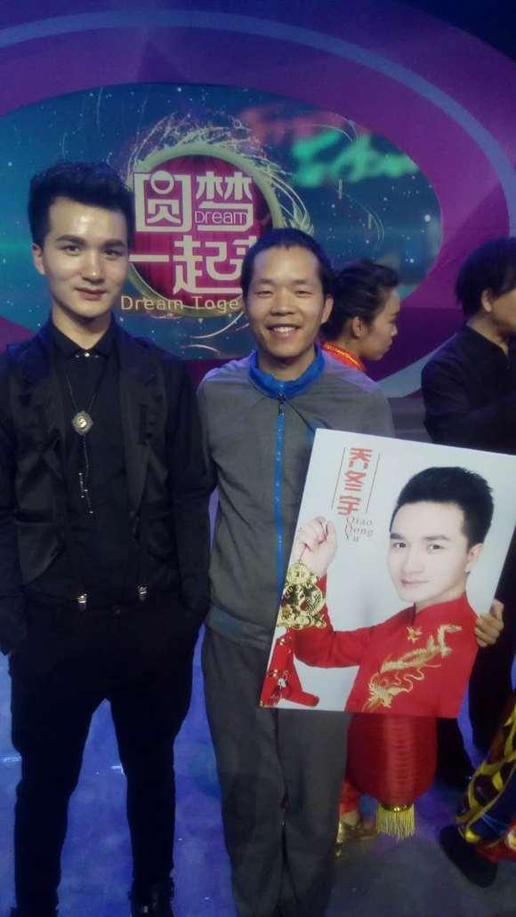 昨天下午,音乐人乔冬宇为推动由自己作词并与青年歌手刘芳图片