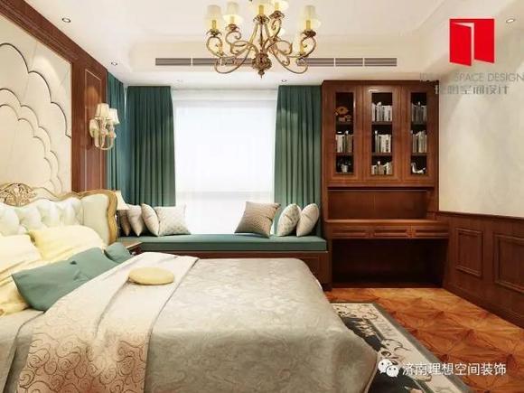 主卧室中床头背景的软包和墙板以及空间的造型,既突出了凹凸感又有图片