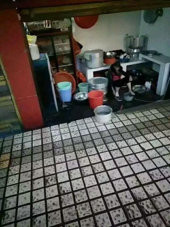 服务员跪着洗脚图片