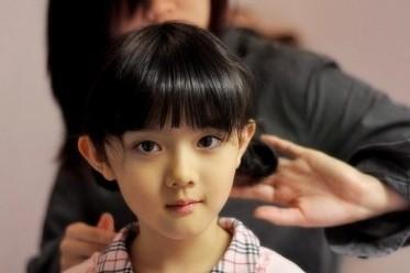 看姐姐给小宝做的发型~是不是很清新!图片