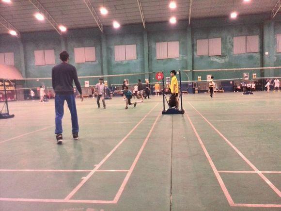 彩田友野香打羽毛球