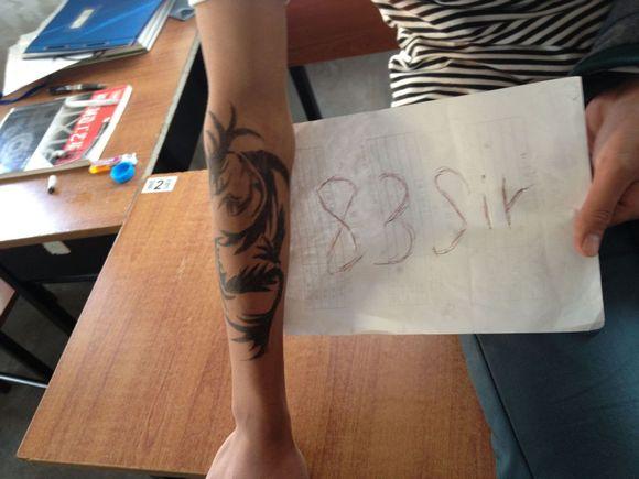 用黑笔在手上画纹身分享展示图片