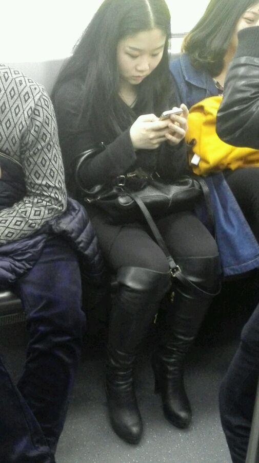 俄罗斯骚妇_地铁偷拍之长筒靴骚妇