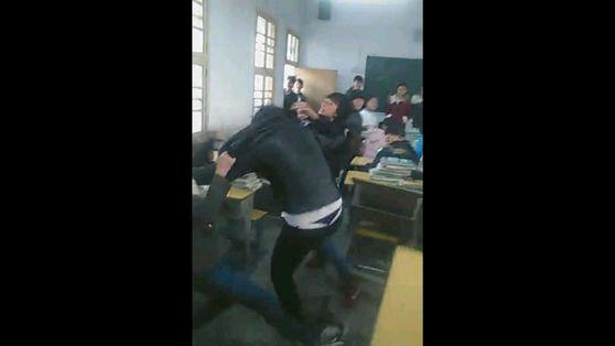 州初中女生打架扒衣_发现同学女生走光,本人男生,是提醒还是不说?