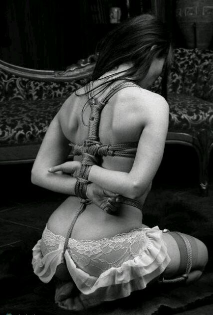 红绳吊起来玩的美女