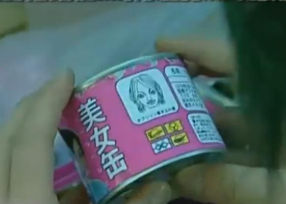 罐头的侧面还印着美女的图片和名字