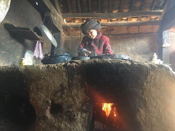 做饭的地方,用的是烧柴的灶台,也是用泥巴糊起来的,农村长大的孩子图片