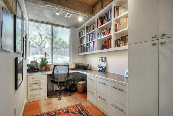 同样是一款卧室飘窗变身的书桌,整个卧室空间提倡以素雅的装修为图片