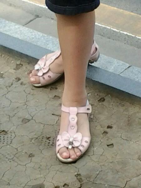 女生白袜子脚帆布鞋图片