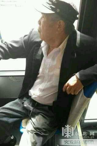 女孩公交未让座遭老人扇耳光