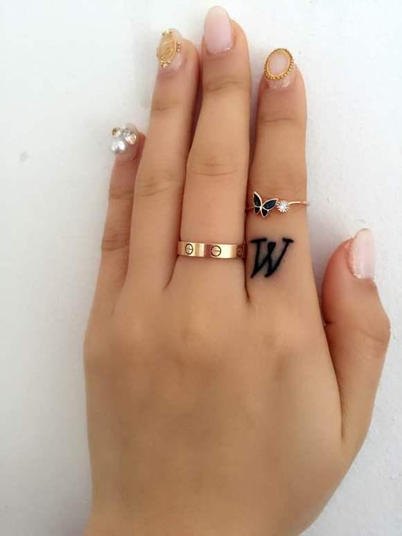 am★终于纹了w字母纹身 (580x773)-跳跃的字母手指纹身