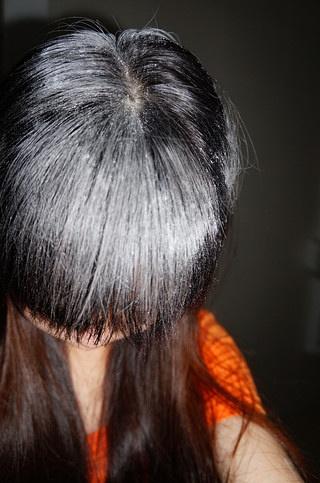 其实头油是在头皮里产生的 所以我们要用手指抓开头发 让爽身粉渗入里图片