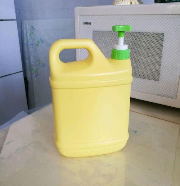 准备的材料:洗洁精空瓶,袋装大米领手,雪碧饮料瓶瓶底.图片