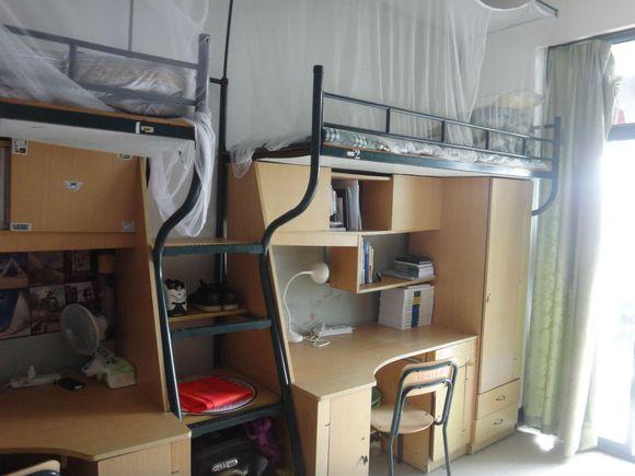 先是寝室照,这是4人间,上铺是床铺,下面是桌子衣柜图片