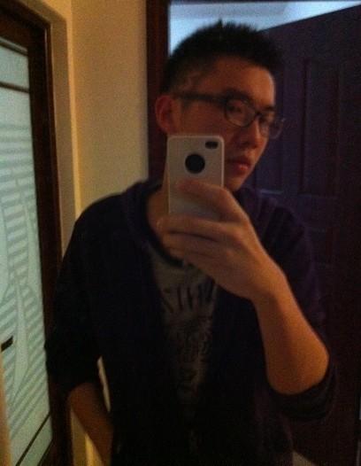 这几个月前的发型,那理发师脑残,叫他鬓角画个闪电,他画得又像z又像2图片