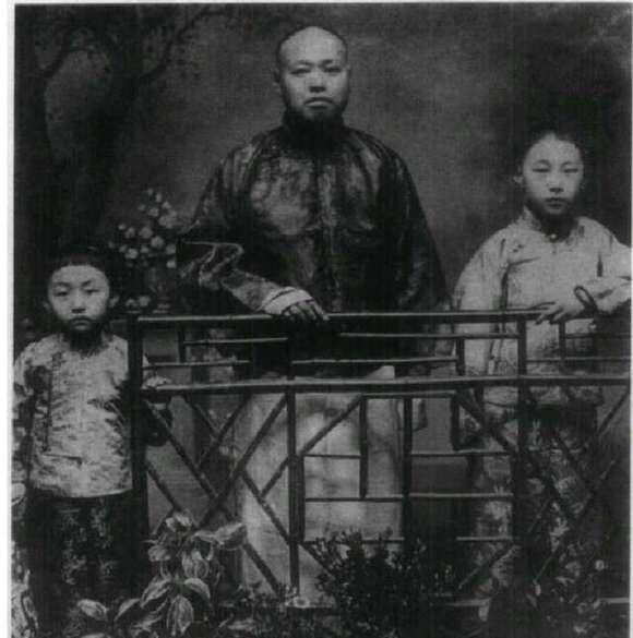 我和姑姑的乱纶史_张爱玲的父亲(右一),姑姑(左一) 与他们的异母兄合影.