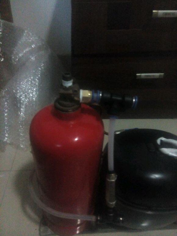 用两个灭火器瓶子和冰箱压缩机制作静音空气压缩机