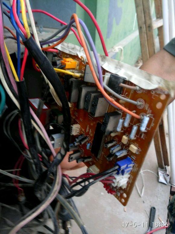 郑州爱心家电维修更换压缩机与四通阀郑州市专业美的格力空调维修图片