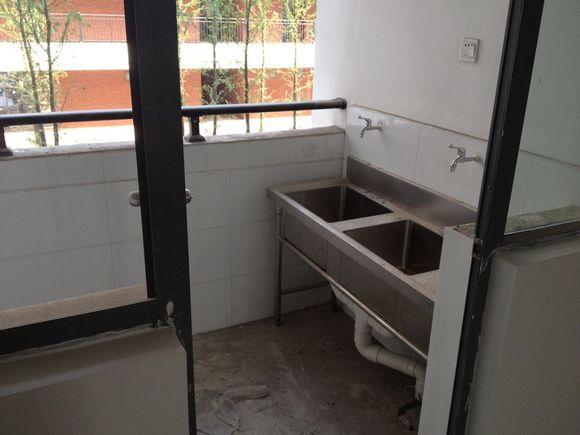 去了下在建中的常州大学怀德学院,偷偷的拍了些尚未装潢的宿舍,食堂
