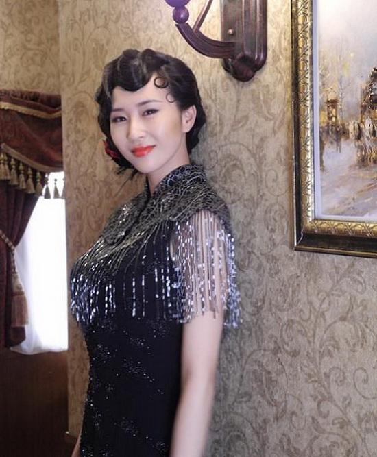 胡晓娥表面是银行行长胡是如的女儿,只是利用这层关系得到黄金的动向