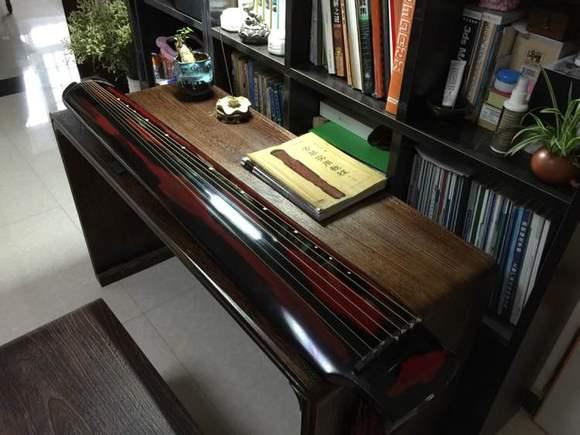 忘了上照片,这是楼楼最爱的古琴,虽然只是一把练习琴图片